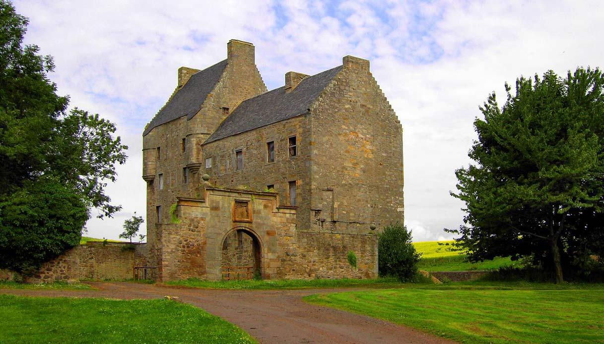 Midhope_Castle_outlander