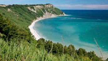 Conero, mare blu in mezzo all'Adriatico
