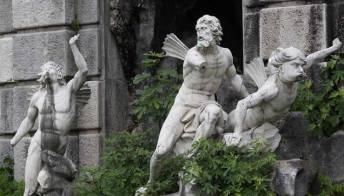 Le Reggia di Caserta è in pericolo: transenne, erbacce e statue divelte. Foto