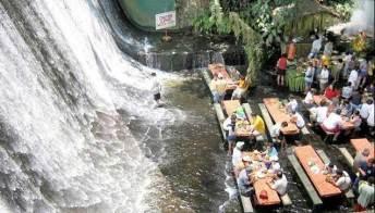 Nelle Filippine il ristorante nella cascata