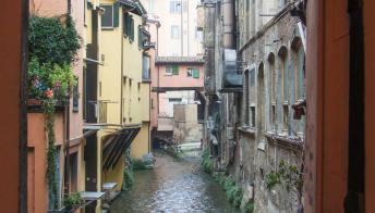 In gommone per il centro di Bologna
