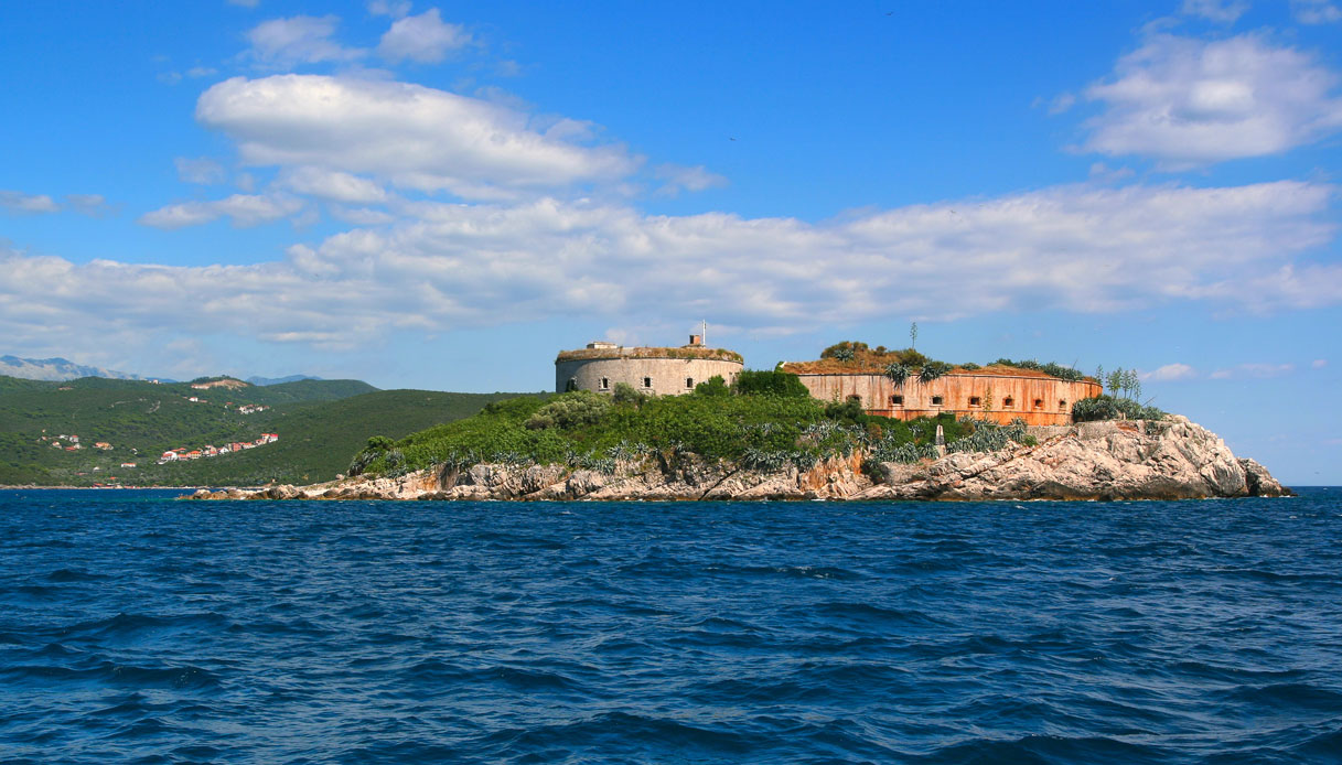 mamula-hotel-orrore-montenegro-ThinkstockPhotos-1200