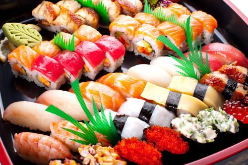 vassoi con diversi tipi di sushi