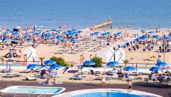 Jesolo, la spiaggia riscaldata per prendere il sole d'inverno
