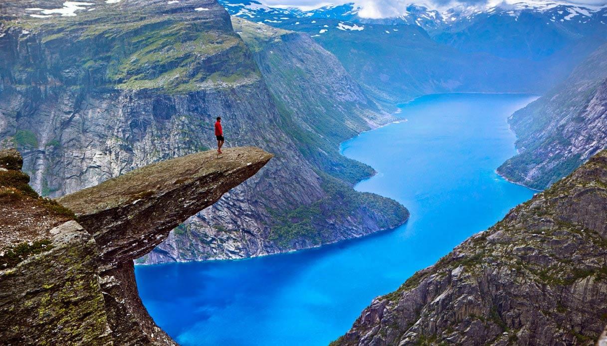 Trolltunga, l'incredibile trampolino di roccia sui fiordi norvegesi