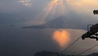 Tramonto spettacolare sul lago Maggiore: i giochi di luce disegnano un cuore