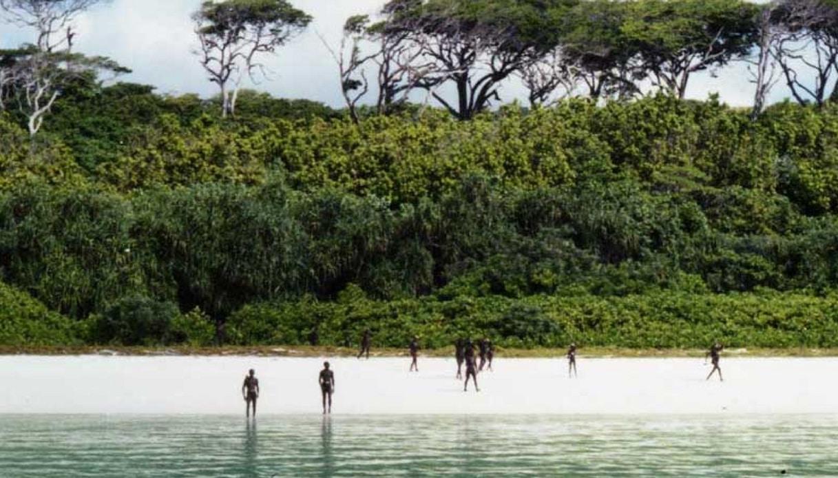 North Sentinel, l'isola inavvicinabile dove si vive ancora come all'età della pietra