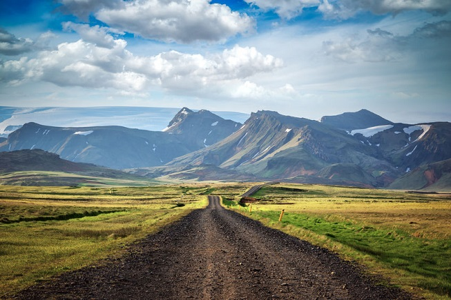 Strada in mezzo alle montagne in Islanda