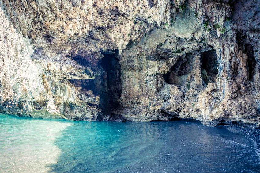 Grotta sulla costa di Palinuro