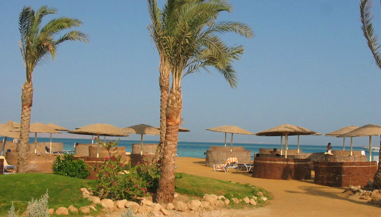 Una spiaggia di Hurghada, palme e chioschi affacciati al mare