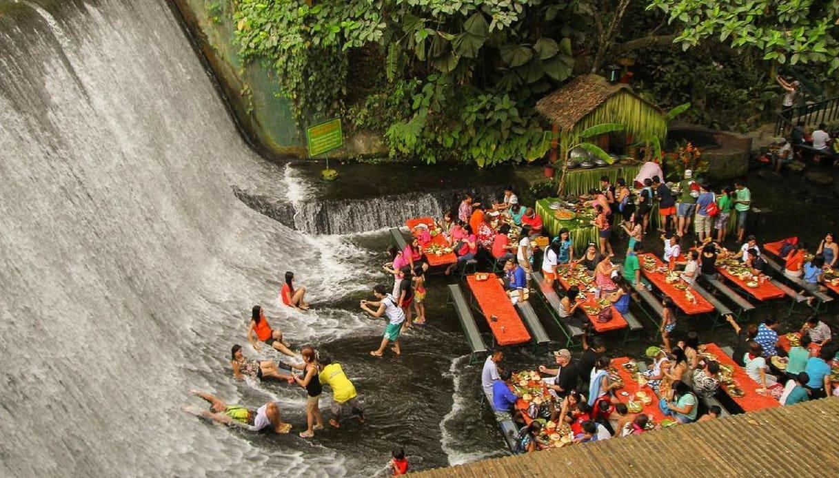 Filippine, il Labasin permette di pranzare nel mezzo di una cascata