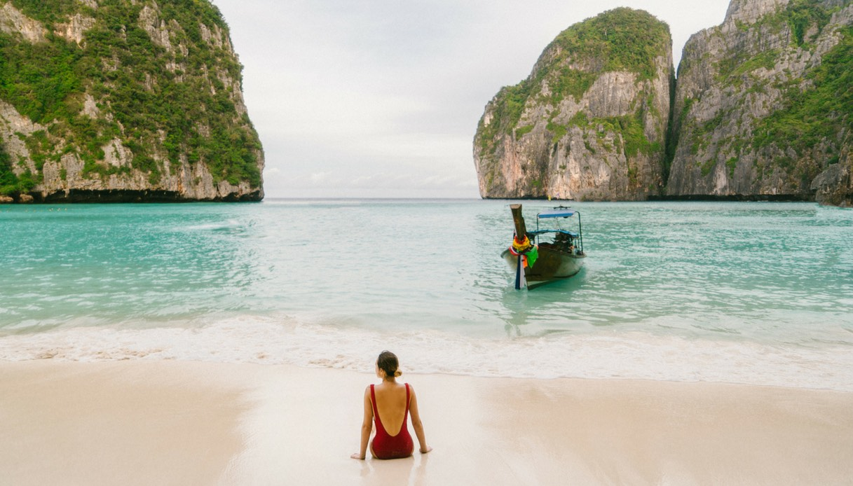 """Thailandia: la spiaggia di """"The Beach"""" chiude al turismo"""