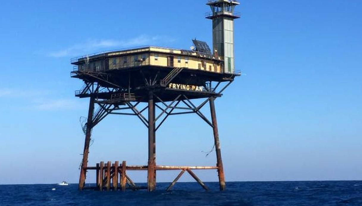 Volete isolarvi dal mondo? Ecco il faro costruito su una vecchia piattaforma petrolifera