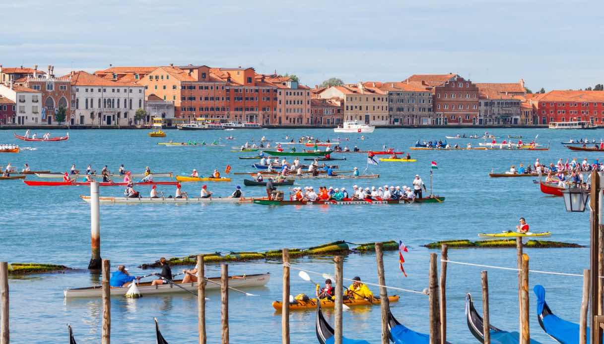 Che cos'è la Vogalonga di Venezia che attira così tanti turisti