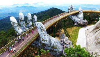 Golden Bridge, l'incredibile ponte sorretto dalle mani