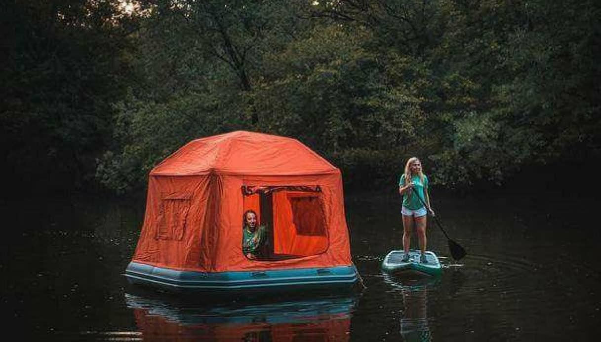 La nuova frontiera del campeggio? Galleggiare con la tenda sull'acqua