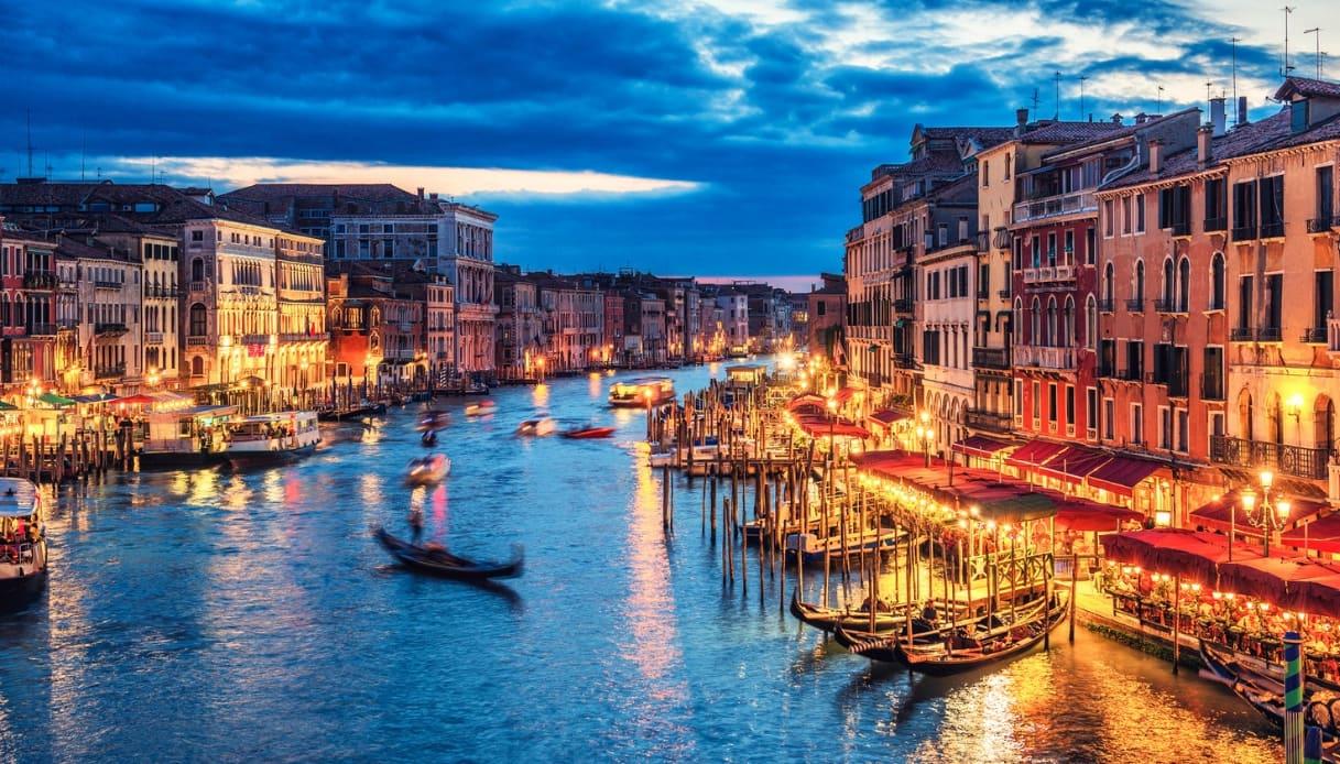 Venezia, gondola di notte