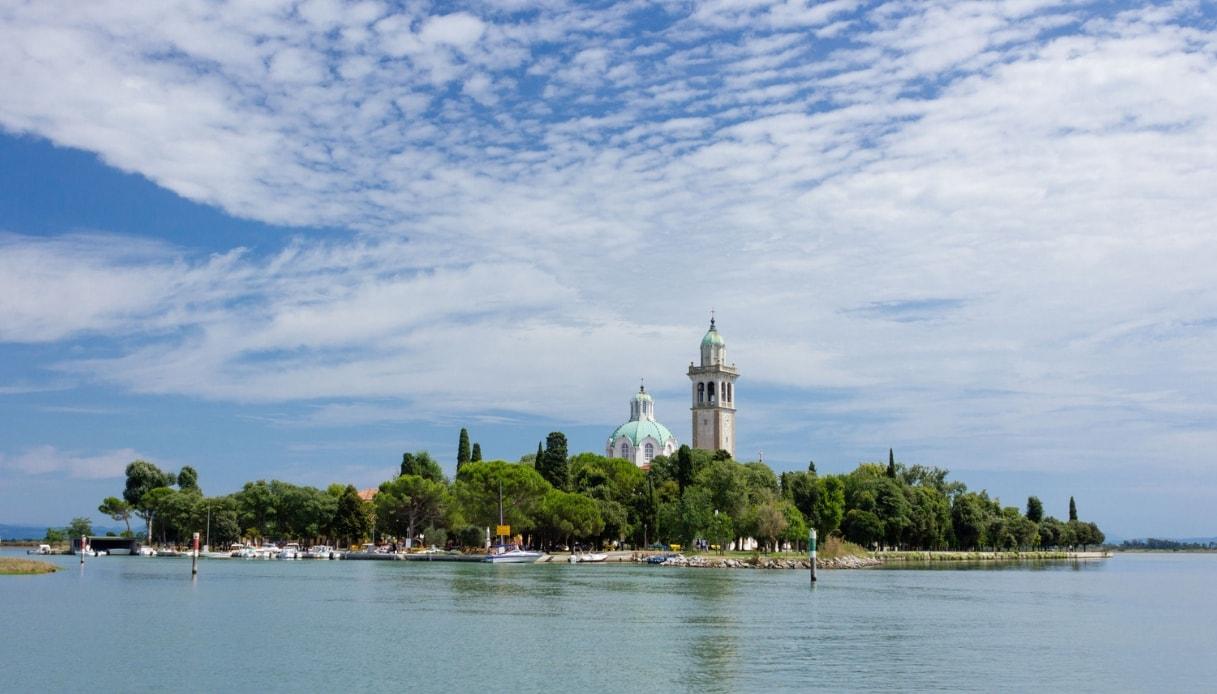 L'sola di Barbana e il paesaggio mistico del santuario sul lago