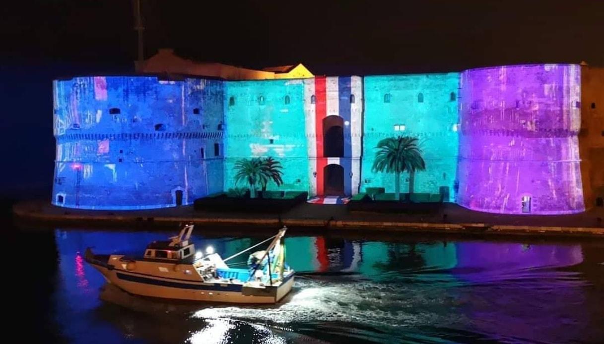 Natale a Taranto la magia delle luci sul castello aragonese