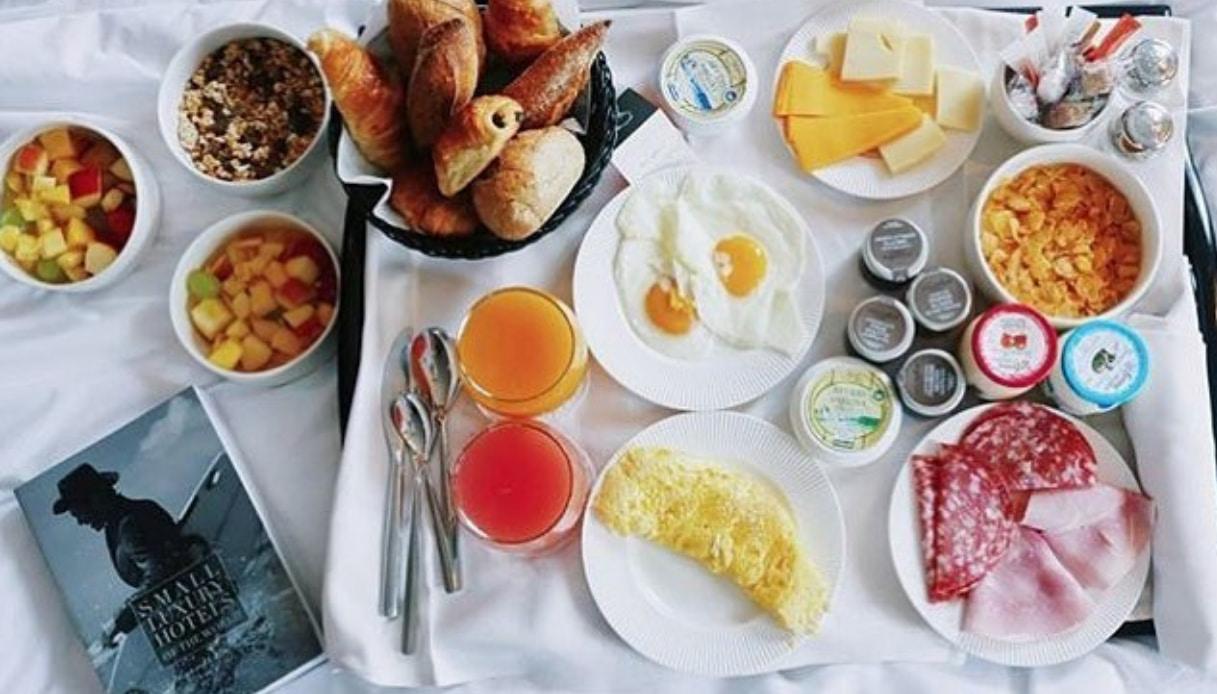 Hotel a Parigi con libri e colazione