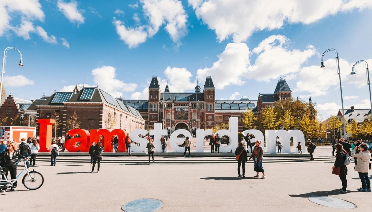 La scritta rossa e bianca simbolo di Amsterdam non ci sarà più