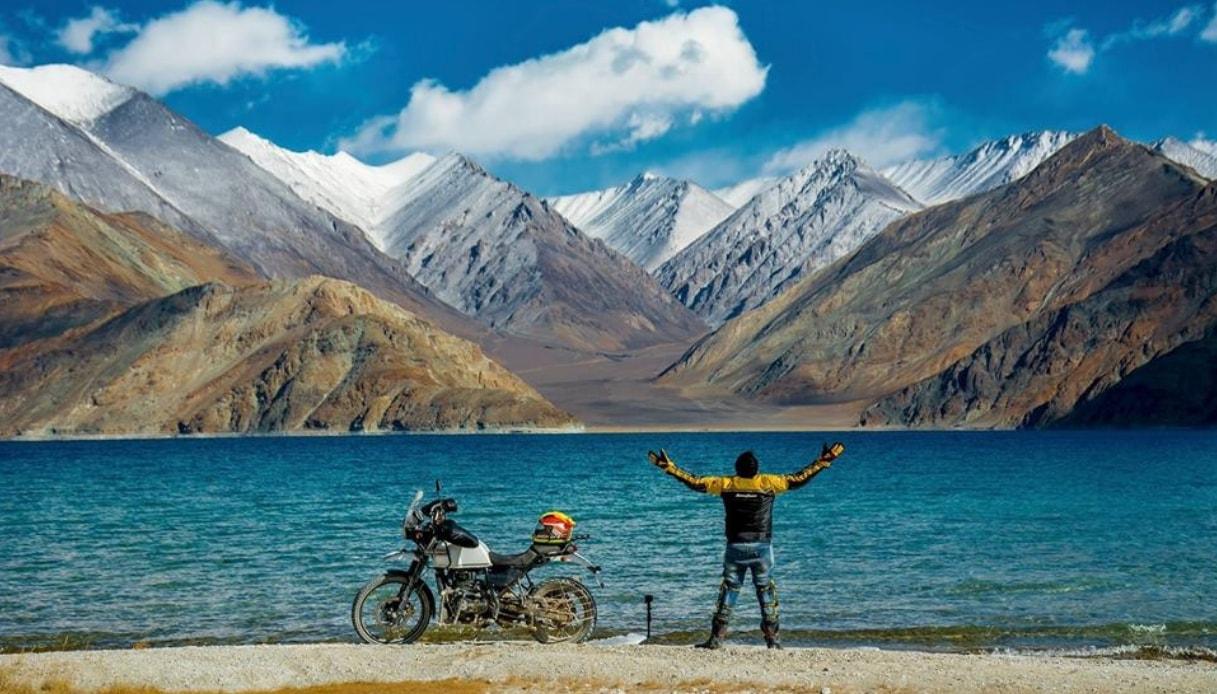 Il tour mozzafiato per esplorare l'Himalaya in motocicletta