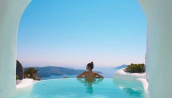 Santorini, l'hotel con tunnel segreti verso piscine infinite