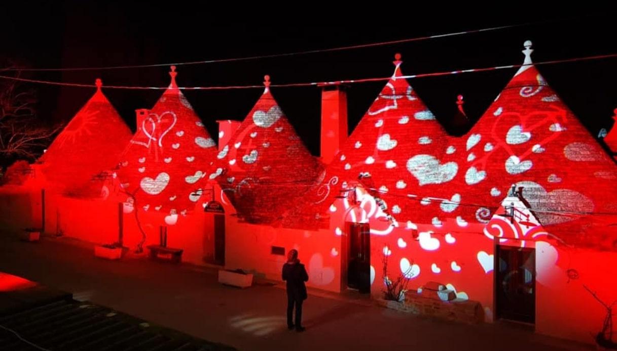Per San Valentino i trulli di Alberobello si tingono di rosso