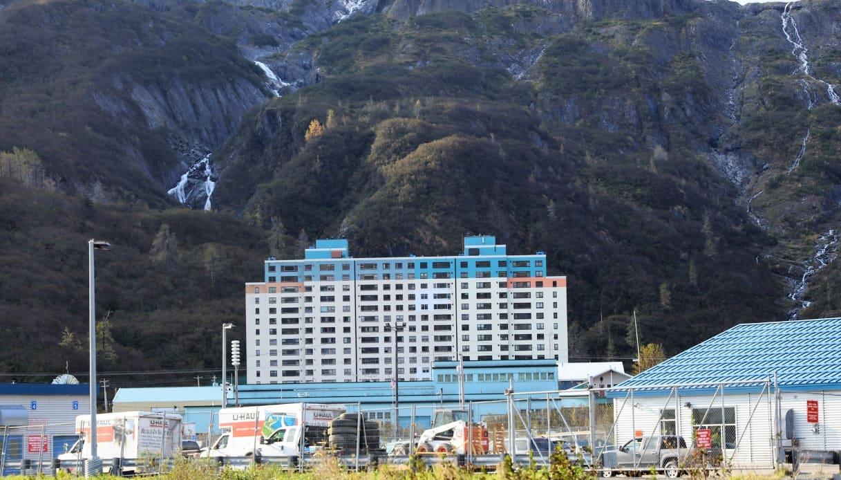 Whittier in Alaska, la città turistica dentro un solo palazzo