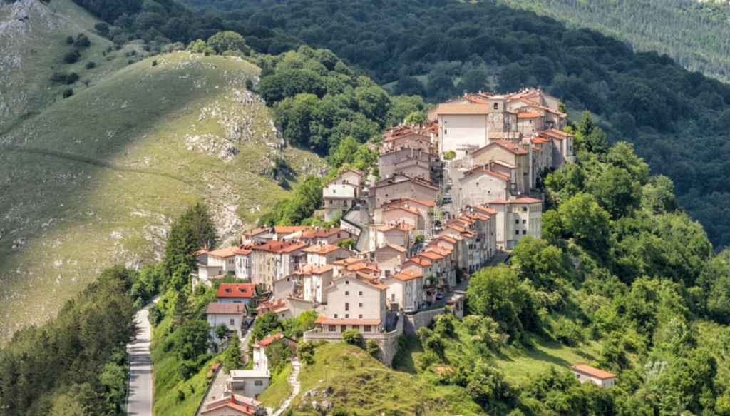 Opi, il borgo abruzzese arrampicato su di un monte