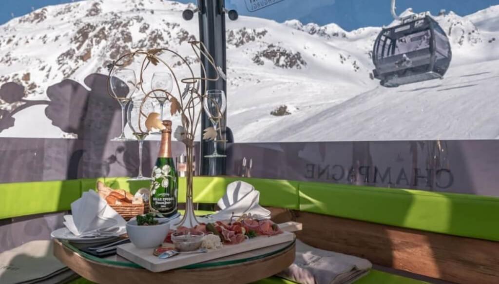 Lo skilift più lussuoso del mondo, per bere champagne in funivia