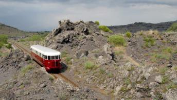 Sulla Ferrovia Circumetnea, il Treno dei vini dell'Etna