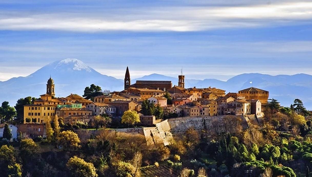 Mondavio, il borgo delle Marche dominato dalla Rocca