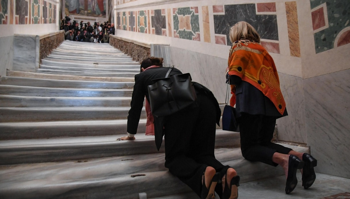 scala santa fedeli in ginocchio
