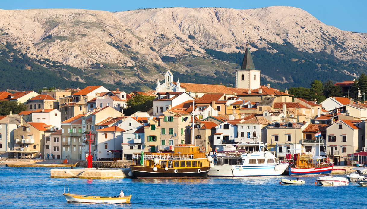 Vista della città di Baska