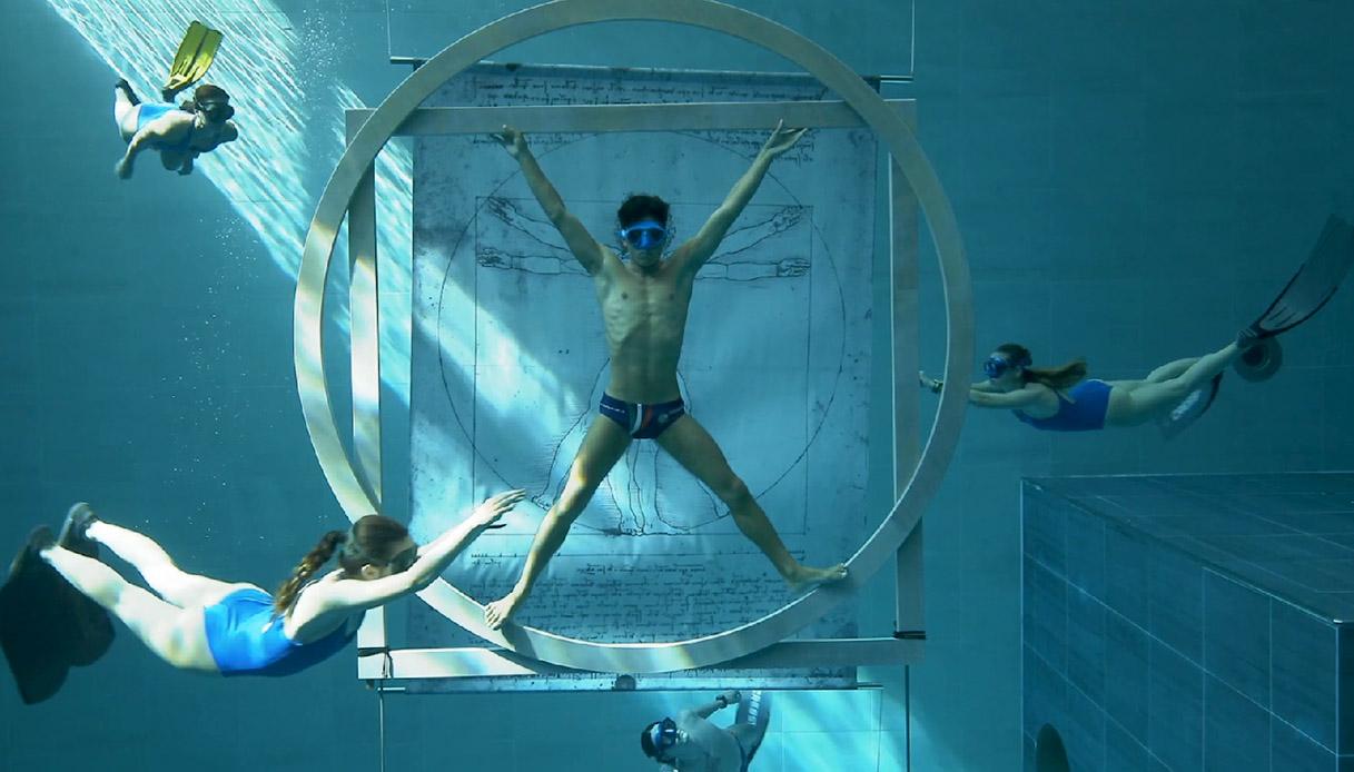 Nella piscina più profonda del mondo, l'omaggio a Leonardo Da Vinci, stupisce e incanta