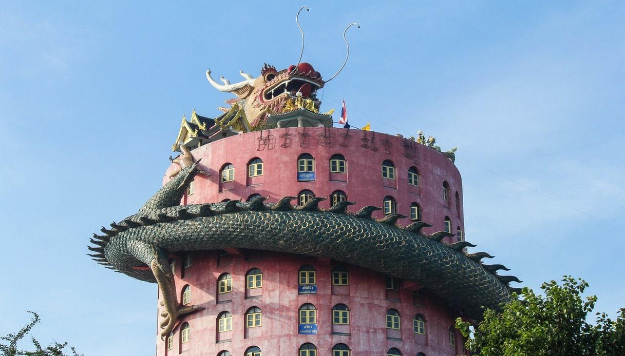 In Thailandia esiste un incredibile tempio avvolto da un drago spaventoso