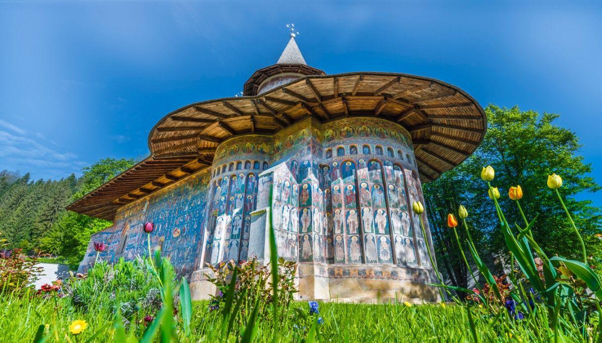 Voronet, il villaggio della Moldavia in cui le chiese sono un trionfo d'arte