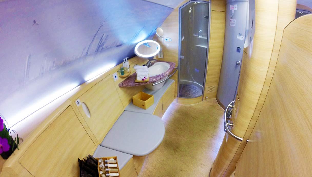 Emirates-First-Class-A380-doccia