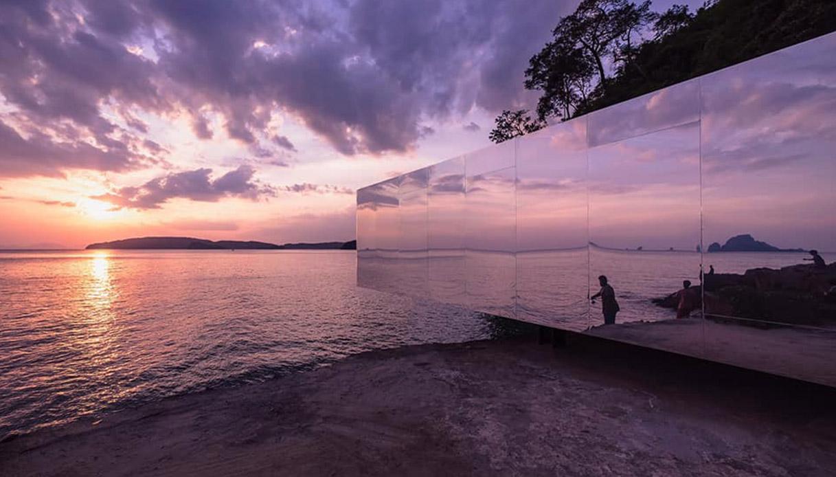 La spiaggia con gli specchi per chi aspetta l'amore in riva al mare