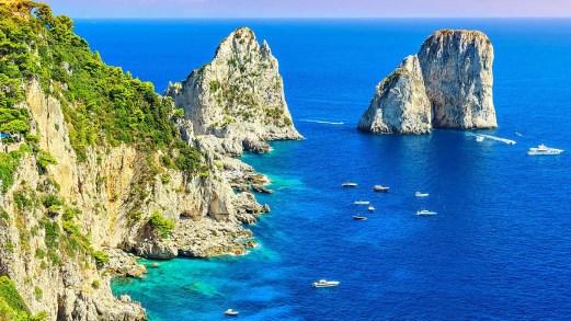 In vacanza sullo yacht, al largo di Capri: la tendenza vip