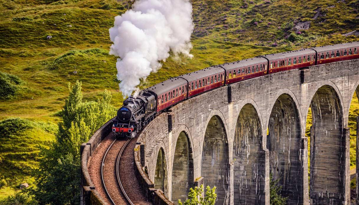 Ferrovia viadotto Glenfinnan in Scozia con un treno a vapore