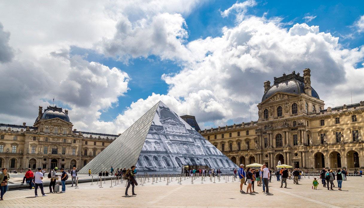 """Il Louvre """"decorato"""""""