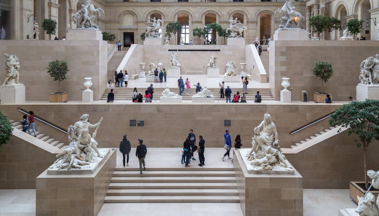 L'interno del Museo del Louvre