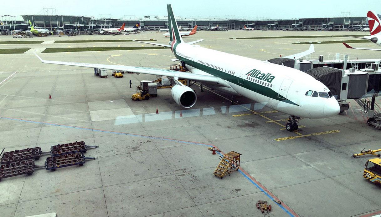 L'Airbus A330-200 di Alitalia è pronto a partire dall'aereporto di Seoul