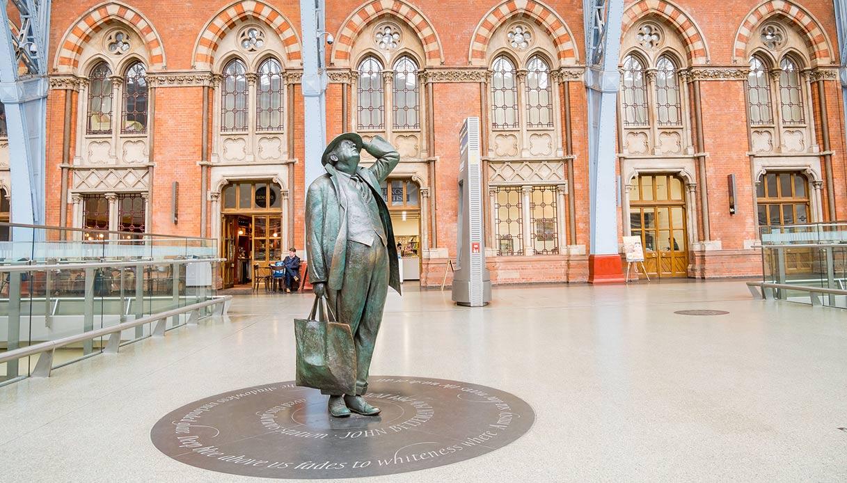 statua alla stazione di St Pancras