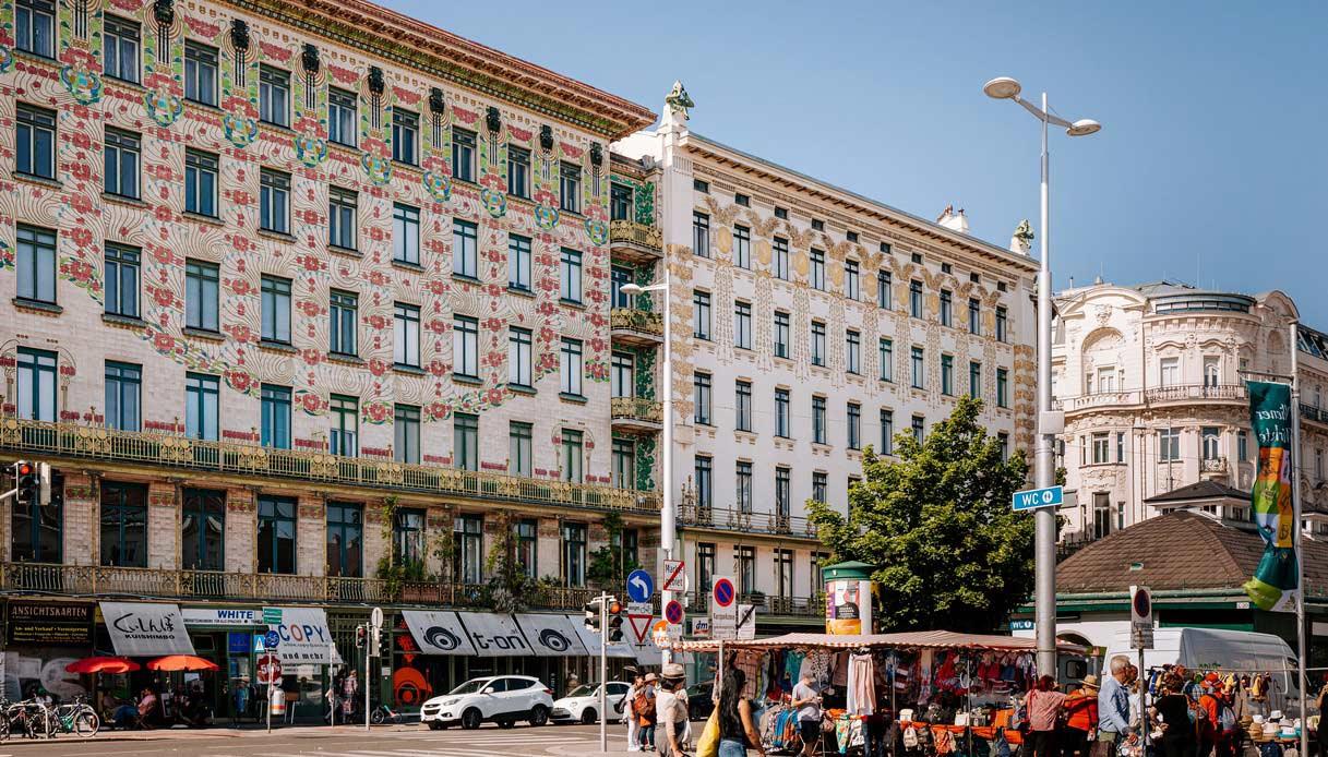 Palazzi in stile Liberty di Otto Wagner ed il Naschmarkt.