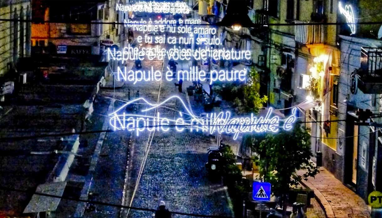 """""""Napule è"""" il testo della canzone di Pino Daniele illumina Napoli ed è magia"""