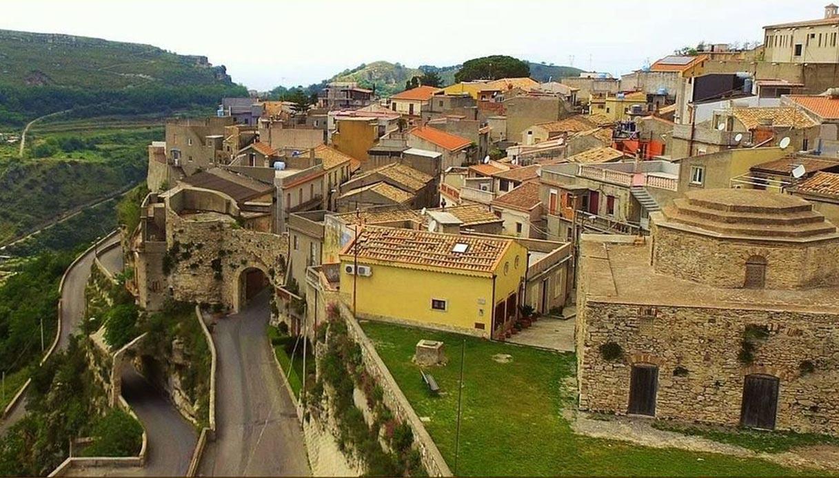 Rometta, il borgo di Sicilia che cela antichissime grotte saracene