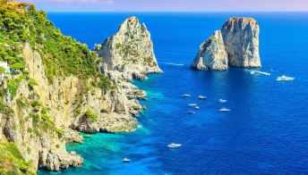 Capri candida i suoi Faraglioni a Patrimonio dell'Unesco